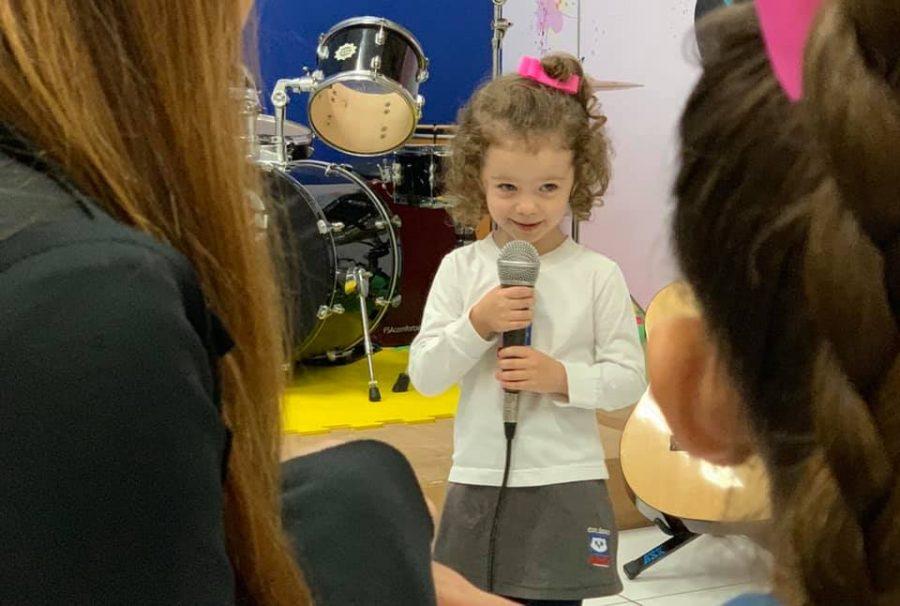 Apoio da família dá segurança às crianças em apresentações artísticas