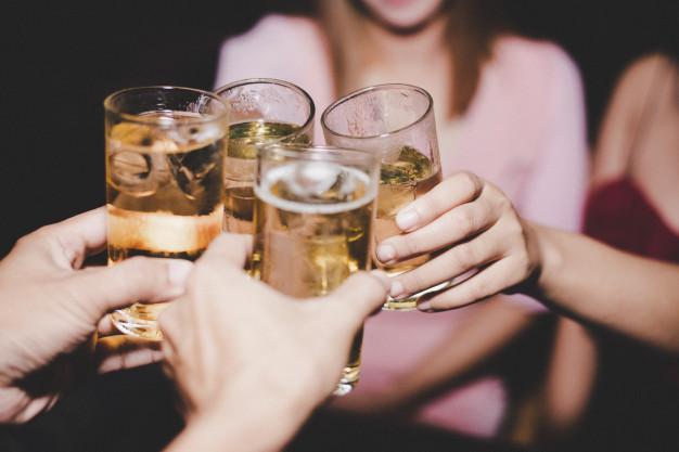 Adultos precisam orientar adolescentes sobre riscos do álcool e da banalização da sexualidade